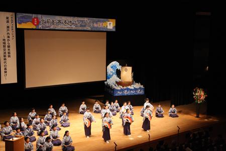 アトラクションで小謡を披露する長江小児童
